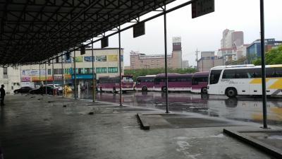 無事、店村市外バスターミナルに到着です。<br />ソウルは天気が良かったのに、店村は大雨。。。<br />当然雨具なんて持っておらず。。。傘を買うのももったいなかったので、路線バスのバス停まで仕方なくダッシュでびしょ濡れに。