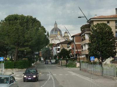 モンテファルコから40分ほどで、アッシジの下の街に到着。<br /><br />サンタ・マリア・デリ・アンジェリ教会が見えてきました。<br />サン・フランチェスコが布教を開始した、ポルツィウンコラ礼拝堂が中に収められています。