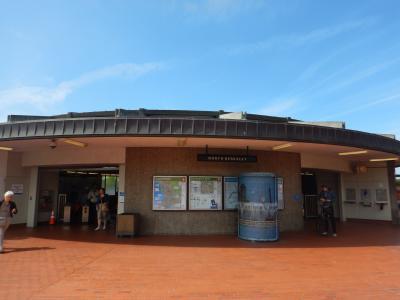 ゴールデンゲートフィールズ競馬場は、ダウンタウンから電車(バート)で約30分のノースバークレー駅、駅からシャトルバスで10分の場所にあります。<br />写真はノースバークレー駅の改札を出たところです。改札は1ヵ所しかなく、改札を出た右斜め前の横断歩道を渡った場所にシャトルバスの停留所があります。<br />