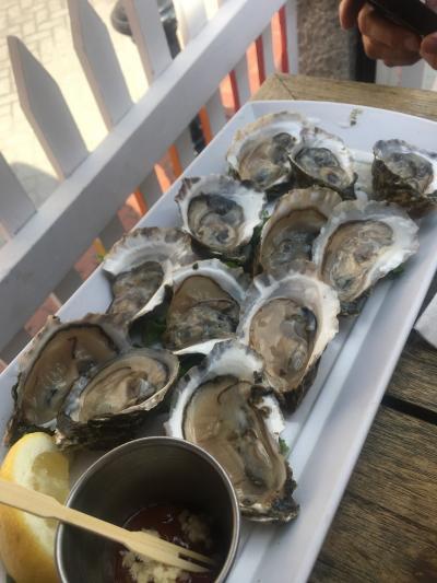 ボストン4日めは、彼が休みを取ってくれて1日デート。<br /><br />ハッピーアワー!牡蠣2つで1ドルです。<br /><br />牡蠣は小さめですが、これで6ドル!満足!<br /><br />初めに1ダース注文して、また1ダースおかわりしました。<br /><br />2つで1ドルという明朗会計だけど、何個くらい頼むもんなの?まず4個くらい?10個くらい?と思って彼を見ていたら、1ダースと注文していました。<br />今まで、ダースという概念っていらんやろ、と思っていたけど、その頼み方はなんだかスマートだった!<br />