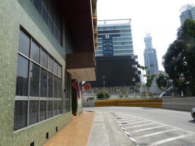 ホテルを出たら右に行く<br />道なりに右に曲がると、アロー通の近くに出る。