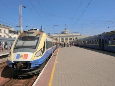 8/11(日)<br /><br />3時間半ほどの乗車で、モルドバの首都キシナウからオデッサに到着。<br />モルドバ国旗が誇らしげに列車にペイントされています。<br /><br />ホームに屋根が全くないので、なんと開放的な駅。