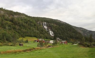 ツヴィンデの滝はノルウェー、ヴォスの村はずれにある滝です。ツヴィンデは古いノルウェーの言葉で二倍を意味し、二本の滝が隣り合っている事から名づけられました。落差150メートルもある岸壁と岩棚を悠々と流れていく雪解け水の流れは大変美しく、あの人気ディズニー映画『アナと雪の女王』のワンシーン風景のモデルにもなったといわれています。また、別名「若返りの滝」といわれ、この水を一口飲めば10年は長生きできるという言い伝えがあります。滝の水はヒンヤリと冷たく、観光客がその効果にあやかろうと滝の水を飲みに訪れています。<br />