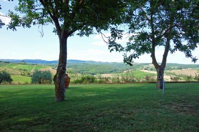 サン ジミニャーノ、モンテリッジョーニ観光からホテルに戻り一休み。<br />今日もホテルからのトスカーナの田園風景を眺めながら、木陰でチェアーに座って過ごします。