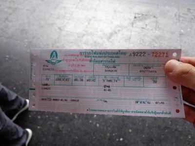 座席はとれず、3等の自由席(立っていく)チケットしか取れなかった。<br />でも、一人20バーツと破格。
