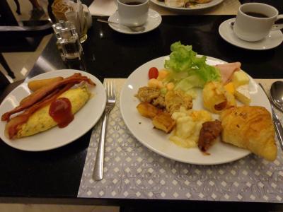 ホテルの朝食。なんだか普通です。この後チェックアウトしてタクシーでワット・パクナームへ