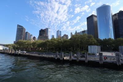 ニューヨーク観光本番のスタートは定番の自由の女神から。<br /><br />地下鉄1番線でSouth Ferry駅まで約25分。駅を出たら公園を通ってフェリー乗り場へ向かいます。<br />事前にstatuecruises.comで台座まで登れるツアーを予約していて、e-ticketを印刷して持参し受付を済ませます。