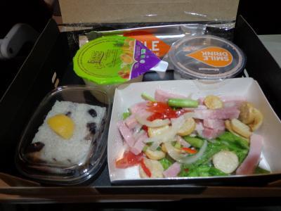 機内食。これがおいしかった。左下に写っているもち米のやつがとくに。