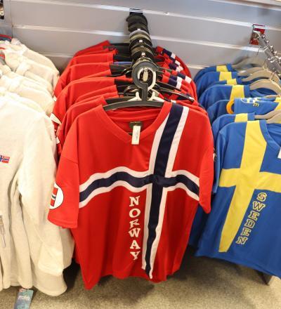 国境の売店にあった国旗柄のシャツ