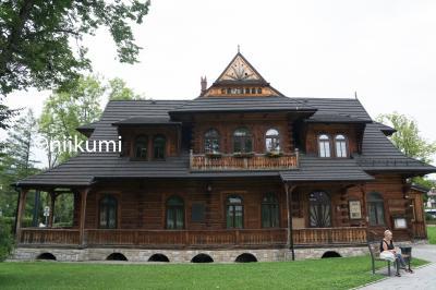 荷物をおろし 一息ついてから<br />ザコパネの街にお散歩に出ることにします<br /><br />ザコパネスタイルという建築様式の家を見て回りたかった<br /><br />Willa Jutrzenka  ヴィラの後が読めません<br />このお宅の名前<br />ここは綺麗に保存されて一般の家庭ではありません<br /> <br /><br /><br />もともと雪が多い土地柄の三角屋根だったが<br />1890年代に入り このザコパネ様式にユーゲントシュティールと<br />呼ばれるドイツ語圏の美術の傾向を融合させて <br />生み出されたのが ザコパネスタイル