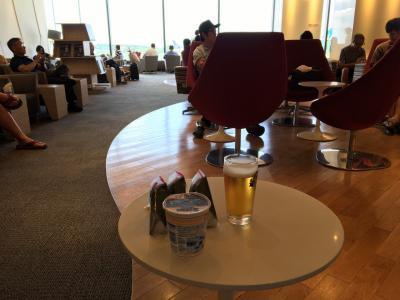 KALラウンジ<br />プライオリティーパスで入れる<br />ありがたや<br />このおにぎりは1つ食べ、残り2つはリュックへ<br />後々、このリュックに入れたおにぎり2つをプラハのホテルで食べることとなる