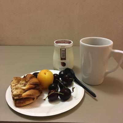 朝ごはんは昨日のシナモンロールの残りとフルーツ、ヨーグルト、コーヒー。