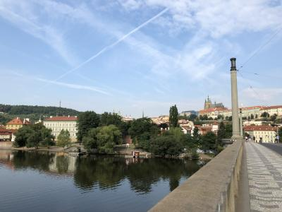 朝の清々しいこと。プラハも日中結構な暑さ。<br />といっても湿度が日本のように高くないから、やってられへん!ていうほどではないけど、暑いことは暑い。<br />でも朝晩は涼しくて気持ちが良い。いくらでも歩けそう。朝のヴルタヴァ川におはようの挨拶をし、トラム乗り場まで歩く。