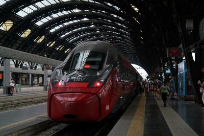 3日目、ミラノ中央駅から新幹線 Italoに乗ってヴェネチアSanta Lucia駅へ。 <br />8:34発-&gt;10:59着、約2時間半乗るのにたった3300円/人でした。<br />チケットは日本からネットで予約、全席1等で途中飲み物とピーナッツなどのスナックを配りに来ました。私たちの席はちょうど車両の中間でまさかのお見合い席でしたが。<br /><br /> 途中の駅で珍しいことが起きました。<br />近くの席に座った夫婦(インドからの観光客っぽい)がいたのですが、あとから来た別の夫婦にそこは私たちの席だと言われて立ち去り、でもまた戻ってきて手に紙を持ってウロウロ。と、私たちの前の人が紙を見て、あなたのはこのイタロではなく別のフレッチャロッサの方だと教えて、夫婦が去ろうとした瞬間、発車してしまいました。その場のみんな あーあって顔をするしかない。。