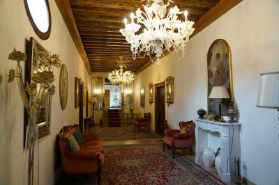 ヴェネチアSL駅を出て左手に500mちょっと歩いたところに宿の Palazzo Delle Torre というアパートがあります。建物入口は分かりにくい。ブザーを押すと別のB&amp;Bの女主人が出てきてくれて、Torreのオーナーは隣の建物にいると教えてくれました。隣に行くと女性オーナーが出てきて、チェックインできるとのことで部屋へ。荷物抱えて階段で3階へ。写真の通り、部屋のあるフロアの内装は素敵でした。<br />女性のオーナーも荷物を持ってくれたり親切な人でした。