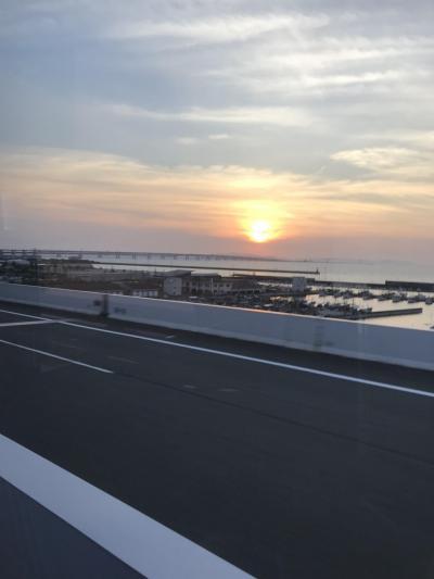 伊丹空港到着後、神戸に立ち寄り、三宮から17:40発のシャトルバスに乗り関空へ向かいます。ちょうど、太陽が沈むあたりが関空です。<br />今日宿泊するホテルは、関空に隣接するホテル日航関西空港です。