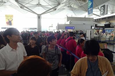 空港に到着するとターミナル内は大混雑。<br /> 2日前の台風で、欠航が相次いだため、待たされていた人たちなのでしょうか?