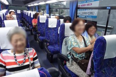 朝の5時半、中部国際空港行き直通バスに意気揚々と(昨夜は興奮して睡眠不足なのに)乗り込む私たち。<br /> 主役のご婦人(おばさん)たちを紹介すると、<br /> 左は妻で愛称はヨッコ、続く従妹たちは左からデコちゃん、ヤーコです。<br /> このバスの往復料金は6,600円、航空代金は51,680円で、国内移動で68,280円。<br /> 現地での予算は1人当たり36,720円となります。<br /> この予算で2週間、頑張るぞ!!