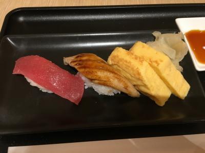 チェックイン後、出国カウンター近くのJALラウンジへ行くと、「お寿司コーナー12:30で終了ですので、お急ぎください」と言われ寿司カウンターへ。今日のネタは、卵、マグロ、アナゴです。<br />