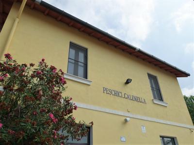 フォッジアから列車に揺られること2時間10分ほど。<br />Peschici Calenella 駅に到着!<br />駅ホームの幅が狭いので見上げる感じで駅舎をパチリ。