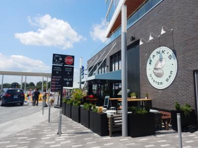 ランチはウォーターフロントにあるHank's Oyster Barで。