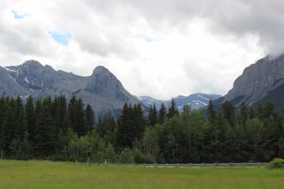 すでに、バンフ国立公園の外に出ているけど、周辺の山々は立派!