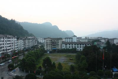 張家界凱天国際酒店の朝。<br />この山々がすでに、武陵源の一部になっている。<br />武陵源の中のホテルと言った感じ。