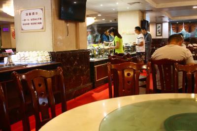 ホテルでの朝食。<br />宿泊客のほとんどは、中国人だった。