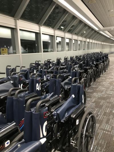 初めてのメキシコシティ経由、アエロメヒコ航空でのカナダ入り。なんと大回りして来たことでしょう!<br /><br />予定より少し早くトロント、ピアソン空港に到着。<br /><br />空港には車椅子がこの倍くらいありました。車椅子での移動が特別なことではないということでしょう。