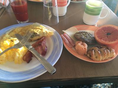 リドマーケットで朝食。<br /> ほとんどの人がリドで朝食をしています。乗船人数が少ないので混み合っていても大したことありません。