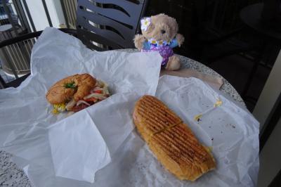 ホテルの近くのお店でサンドィッチを買ってきました。テラスで朝ごはん。