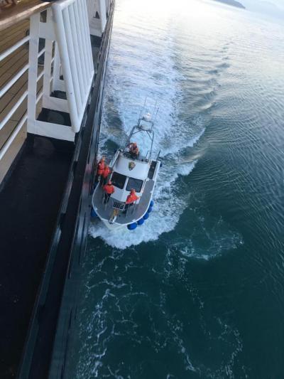 グレーシャーベイ国立公園に入ると、ナショナルパークレンジャーの皆さんが乗船します。
