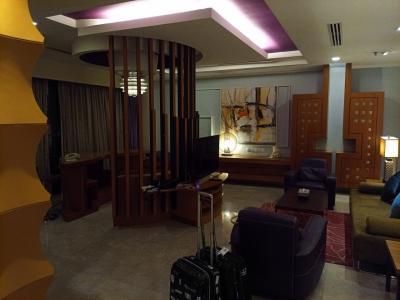 KLに到着後、レンタカーで市内に移動。飛行機が遅れなければ蛍を見にスランゴールに直行したのですが、最終的に一時間遅れたので、ホテルに直行。<br />KLホテルはBerjaya times sqareの クラブフロア、じゃなくてペントハウスに案内されました。広すぎてビビってしまう。