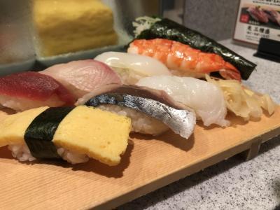 成田空港へ向かうバスへ乗るために東京駅へ到着です。<br />まずは腹ごしらえ!<br />香港では和食を食べる予定がないのでお寿司を食べて出発です。<br />これに巻物がついて980円!空港で食べるよりも割安です。<br /><br />ところで、成田空港行きの格安バスは、<br />JRバスと京成バス 2つあります。<br />どちらも1000円で乗れるバスです。<br />JRバスは予約なしで現金で乗れ、京成バスは事前にチケットを購入する必要があります。どちらも15分間隔でバスが出ているので、成田空港へ行く際はおすすめです。<br /><br />