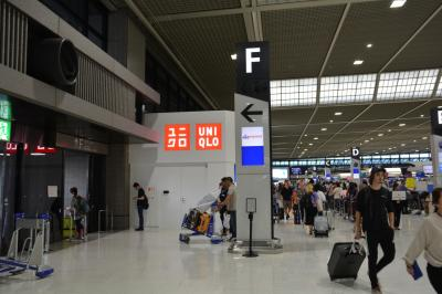 約1時間15分で成田空港第二ターミナルへ到着です。<br />香港エクスプレスのチェックインカウンターはFです。<br />他のカウンターより奥まった場所にありますが、ユニクロを目印に行けば迷いません。