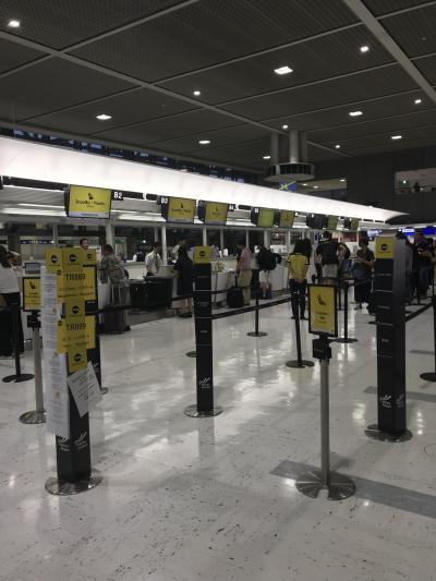 過去1か月分、スクートの出発・到着時刻を調べてみました。<br />すると、一番遅くて12:00出発-16:40ドンムアン空港着。<br />しかも出発の前日が一番遅延。<br />その他の日はおおむね10時台に出発して14:00台にドンムアン空港に到着していました。<br />よって、2時間位は遅れる可能性があると心得て成田に向かいました。<br /><br />この日のスクートのチケットカウンターはすいていました。