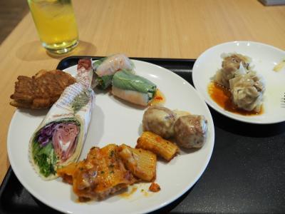 チャイナエアラインですが、JALのサクララウンジに入れます。<br />台湾でいっぱい食べるから控えておこう・・と思いつつも普通にがっつりw<br />