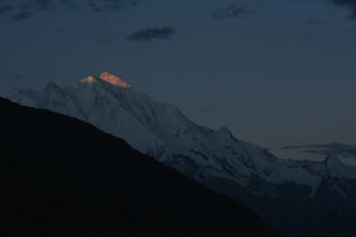 NO1 (8/12 5:15)<br />※名峰「ラカボシ」山頂に朝日が当たった。<br />※「ラカポシ」は、カラコルム山脈西部にある「ラカボシ山脈の主峰」である。<br />※標高7788mで、1958年にイギリスとパキスタンの合同登山隊が初登頂に成功している。また、「ラカボシ」の名の所以は「雲の首飾り」という意味があるそうです。<br />※ホテル2階のテラスから撮影した。