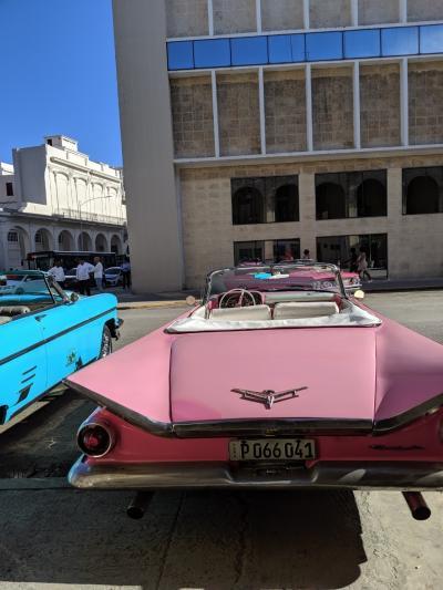 ツーリストカード取得時、<br />あと、Booking.comからの宿の予約の際には<br />キューバへの渡航目的を聞かれるわけだが、<br />以下の項目から、選択となる。<br /><br />家族の訪問<br />政府関連公務<br />ジャーナリズム活動<br />専門的な研究または会合<br />教育活動または団体での人的交流<br />宗教活動<br />スポーツおよび公的イベント<br />キューバ国民支援<br />人道的プロジェクト<br />研究<br />情報資料<br />認可輸出取引<br />一時渡航のキューバ国民<br /><br />「観光」てのが無いのね。観光で外貨を稼いておるのに・・・・。<br />なので、まぁ、観光目的の場合、「キューバ国民支援」を選ぶのが一般的なのかな?<br /><br />ハバナはめっちゃ、ツーリスティックな街と事前情報を得ていたので、<br />その都度チップをねだられても、ぼられても、ちょっと時間にルーズでも、<br />ま、いちいち考えずに,<br />「キューバ国民支援」の為、私は来ているんだって事にすれば腹もたたんだろう。<br />っと、心してキューバにやってまいりましたよ。<br /><br />それから、キューバ旅行のブログを読み漁ったところ、<br />旅行してみた感想は、<br />キューバ最高!再訪したい! → 50%<br />まあまあ → 30%<br />期待はずれ → 20% って、感じだったかな。<br /><br />さて、私にとって、キューバはどげな感じかな~?<br /><br />今日からやっとキューバ観光が始まるよ。<br /><br />息子Aのクラシックカー、失敗画像。<br />右側切れとるがな・・・。
