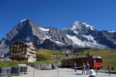 ■旅の目的<br />富山~長野の立山黒部アルペンルートで<br />乗り物でラクして高地! からのトレッキング! 軽登山!<br />にハマり、いざ憧れのスイスアルプスへ♪<br /><br />初めてのスイスなので<br />前半グリンデルワルト→後半ツェルマット なども惹かれたのですが<br />それだと最悪どちらも天候に恵まれない可能性が…<br />なので全日程をグリンデルワルトに賭けることに決めました!<br />5泊6日すれば、さすがに何日かは晴れるでしょう~<br /><br />■手配<br />いつものようにSTワールドでフリープランを予約(約30万円/人)<br />・関空⇔チューリヒ往復航空券(アムステルダム乗継)<br />・チューリヒ1泊+グリンデルワルト3泊+2泊+チューリヒ1泊<br />・スイストラベルパス フレックス3日間<br /><br />この他に現地で<br />・ユングフラウVIPパス230スイスフラン(26,000円くらい)<br />も買ってますので<br />食費やお土産代も含めれば 35万円/人 はかかってますね、きっと。<br />でもいいの、3年ぶりの海外だからー!