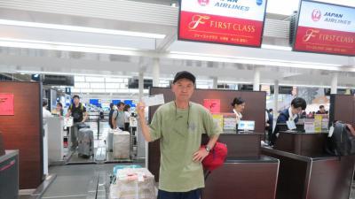 成田空港JALチェックインカウンターにて
