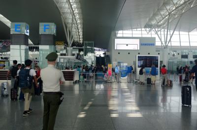 写真をすっかり取り忘れちゃいましたが、AM10:00 成田空港第一ターミナルからベトナム航空 VN311便に乗って、PM13:00過ぎにノイバイ空港へ到着。<br /><br />乗り継ぎが6時間ほどあったのですが、当初ノイバイ空港のランジでゆっくり過ごす予定出会ったにも関わらず、少し早めに飛行機が到着したこともあり「これは街に繰り出すしかないでしょ!?」と、遅めのランチを食べるべく早速タクシー乗り場に向かいます。<br /><br />しかし、ここで事件が起きます。<br />私今回はハノイ訪問4回目、また英語出来る相棒(夫)もいたために、完全に気が緩んでいました。。<br /><br />大きな荷物を預け、タクシー乗り場に到着すると「こっちこっち」と手招きする身なりのきちんとしたベトナム人が。<br />呼び寄せられる方に向かうと、あれよあれよという間に夫は助手席(!)、私は後部座席に座らされ、なぜか同じ後部座席にベトナム人が乗り込んできて(!!)車は急発進。<br /><br />そして、やたら話しかけてくる。<br />「あ、これはやばいやつだ...」<br />と思ったものの、夫は前の席に乗っていて、矢継ぎ早に話しかけてくるためうまく会話ができません。<br /><br />そして、空港を出て高速道路に出た瞬間、ベトナム人2人が「マネー!マネー!」と言いながら、車を路肩に止め、私たちのバックを物色し始めるではありませんか!!!!<br />「おい!触んな!」と助手席で叫ぶ夫。<br />「車を出よう!!」と大声で言って、ドアを開けて車を飛び出しました。<br /><br />しょっぱなから東南アジアの洗礼を受けた私たち。。<br />しかも、教科書的なタクシー詐欺に遭っちまいましたよ。。。<br /><br />みなさん、くれぐれも気をつけてね。涙<br /><br />(後からわかった事ですが、夫はバックに入れていた1万円札をすられていたそうです。)<br /><br />このまましょんぼりもしていられません!<br />なにせここは高速道路のど真ん中!!<br />タクシーいねぇっ!!!!!<br />人も歩いてねぇっ!!!!!<br /><br />というわけで、意を決して空港のある反対車線へ渡り、空港へと戻ります。<br />途中大型車にクラクションを鳴らされ、怒鳴られながらも、強い気持ちで!!<br /><br />そして、少し歩くと路肩に車を止めて昼寝をしていたタクシーの運転手さんを発見。<br />すかさず窓を叩いてお願いすると「OK」と。<br />気を取り直して再びハノイへGOGOです!!