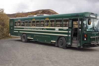 【6日目】2019年9月2日 トランジット・バス(前日に予約)<br />公園入口にある Denali Bus Depot を 08:00に出発し、66マイル先の<br />Eielson Visitor Center まで行くバスに乗りました(写真)。<br />どこでも乗り降り自由ですが、予約時に終点まで行った方が良いと<br />アドバイスを貰う。<br />道路で手を大きく振るなり、ヒッチハイクの合図をすれば、空席がある<br />限り途中で乗ることが出来るが、行きのバスはほぼ満席で出発するため、<br />難しいらしい。