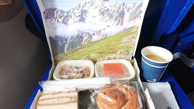 機内サービスではドリンクと軽食が配られました。<br />パン+サンドウィッチ+はるさめ+いちごケーキです。