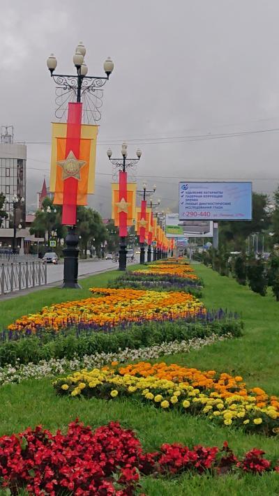 3日目の朝9時(日本時間7時)ホテルを出てユジノサハリンスク市内東部へ歩いて向かいます。<br /><br />写真は、勝利通りです。☆マリーゴールドの花に彩られています☆