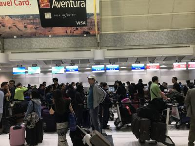 ここはどこ?という感じのトロント空港の出発ロビーです。<br /><br />たまたま深夜便だからなのかアジア人、中南米人でごった返しています。空港自体があまりスマートな感じがしない、移民の国の空港です。