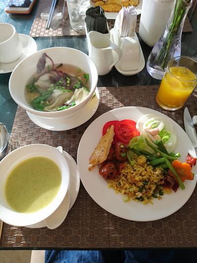 今日も、沢山食べました。<br />今日は、フォーではなくお野菜のスープ。それも2種類(笑)<br />美味しく頂きました( *´艸`)