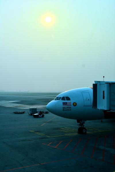 9月11日(Wed)<br /><br />トランジット先のマレーシア・クアラルンプール空港に到着したところから。<br />昨夜、仕事を終えて一度自宅へ帰り荷物を持って羽田へ、23:45発のエアアジアにてバリ島へ向け出発。<br /><br />いきなり大失態、エアアジアは受託荷物は機内持ち込み合わせて7キロまでということをすっかり忘れていて、カウンターで追加料金を支払い小さなスーツケースを預ける。なんと2万もした(爆)@@;<br />このスーツケースだけなら7キロに収まるが、何しろ手荷物(一眼)が重いし諦めて支払う。<br />LCCってのは色々追加されるんで安いんだかなんだか微妙だなっていつも思う。<br />ぶちぶち言ってもしょうがないので帰りの便にはWebから追加しなくちゃだ(ちなみに事前購入なら6000円未満)。と言うかエアアジアの場合はチケットを取る際に座席指定+受託荷物+機内食のセットを付けるが絶対良しと改めて痛感(-&quot;-)<br /><br />クアラルンプールでやや長い4時間トランジットタイムを過ごしてオンタイムでデンパサール/ングラ・ライ国際空港国際空港到着。