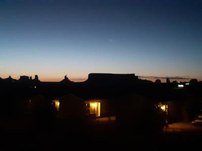 朝起きて扉を開けるとうっすら明るくなってきていてモニュメントバレーの<br />シルエットが見えました。