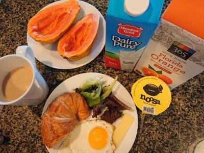 <br />朝ごはんです。<br /><br />毎日同じ材料だけど、消費消費!!<br /><br />